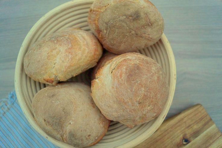 Meyers koldhævede boller. Rustikke og lækre boller lavet med surdej og rugmel. Bollerne får en sprød skorpe og smager helt vildt lækkert.