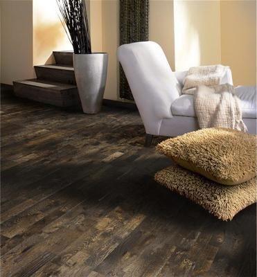 Pris: 1630,000125 pr. pak. Eik Soil er et mørkebrun oljet 3-stavs gulv i rustikk stil med små fargevariasjoner. Røkt og kraftig børstet. Kan ineholde kvist og reparert kvist
