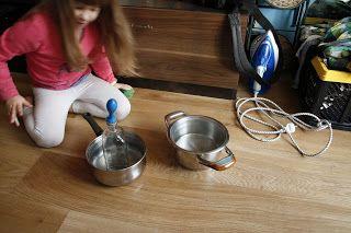 Ania mama Agnieszki: Eksperyment z zimną i ciepłą wodą i balonami.