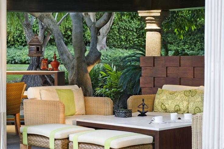 Para que una terraza luzca perfecta es importante incluir accesorios y elementos naturales como detalles de piedra o de madera; objetos que den la percepción de que se está afuera.