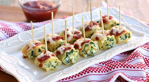 Imagen: www.tablespoon.com   Necesitamos para 24 unidades   8 placas precocidas de lasaña  1 diente de ajo  30 gramos de aceite de oliva  ...