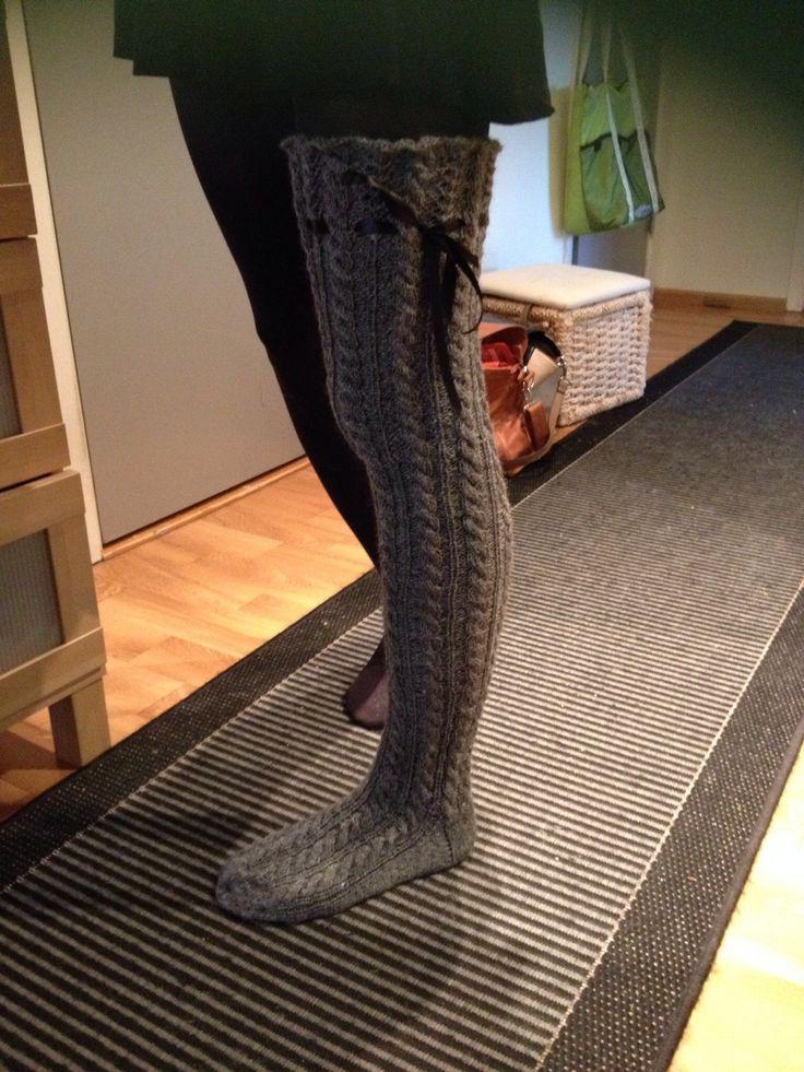 Ylipolven ylittyvät villasukat ystävälle lahjaksi.  Overknee socks for a dear friend.