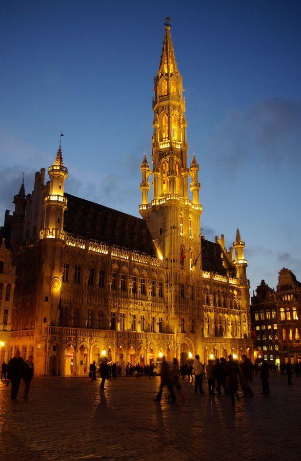 BRUSSELS TOWN HALL BELGUIM, De bouw van het STADHUIS  werd in twee fasen voltooid.In 1402 de linkervleugel daarna de rechter vleugel Het belfort werd onder Filips de Goede vervangen door een toren met een spits van 96 m hoog. Bleef gespaard in 1695. Bovenop 5m hoge windwijzer: St. Michiel in gevecht met de duivel