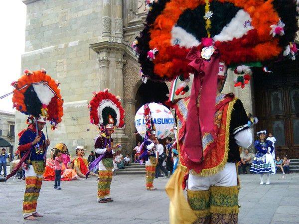 Grupo de San Martín Tilcajete presentando la Danza de la Pluma frente a la catedral de #Oaxaca / Dancers in Oaxaca