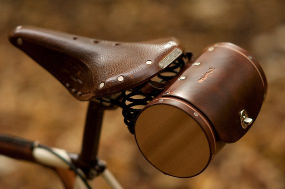 Arriver dans le style avec le sac de tonneau, un sac de siège en cuir cousu main, tannage végétal réminiscent de barils antiques fût portés par