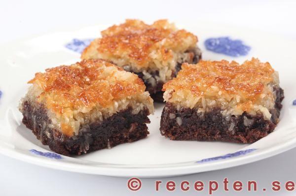 Seg chokladkaka med kokostoscatäcke. Himmelskt god och mycket enkelt recept som bakas i långpanna.
