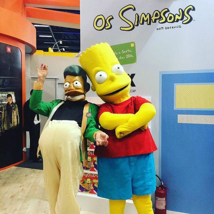Apu Nahasapeemapetilon e Bart Simpson bombados na CCXP! Yay!! #TimelineAcessível Foto dos cosplays dos personagens.