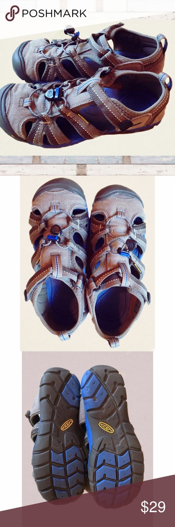 Sandals or shoes for hiking - Size 4 Keens Boys Kids Youth Sandals Shoes