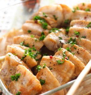 脂身が多く、焼いたり、煮たりするととてもジューシーに仕上がる豚バラ肉。ブロックだと、レシピによって好みの厚さに調整することもできて便利ですよね。そこで今回は、この食べごたえばっちりな豚バラブロック肉を使った、時短レシピをご紹介します♪