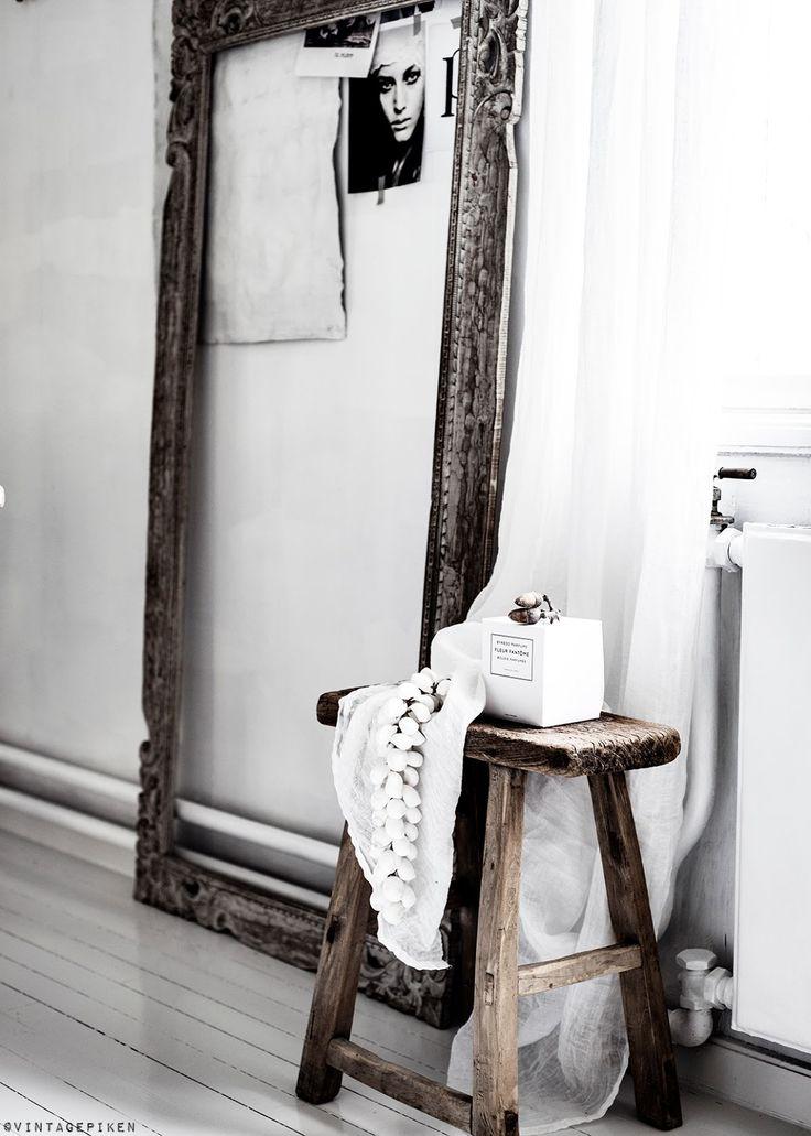 Un style vintage avec un cadre vide en bois.