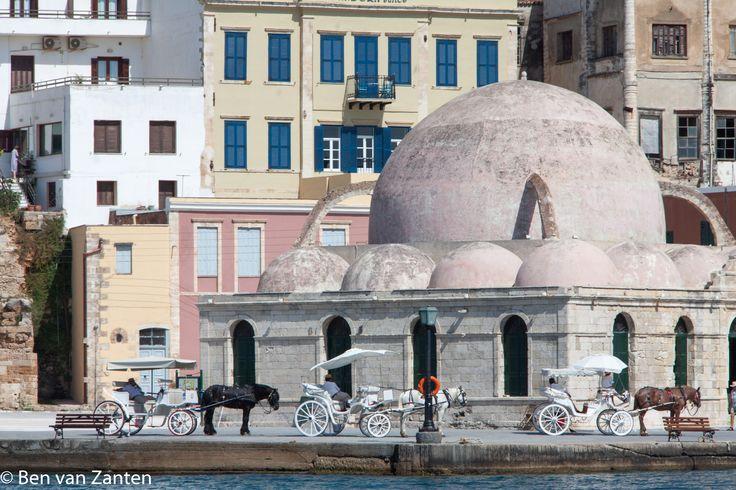 Moskee aan de haven in Chania met wachtende paardenkoetsjes