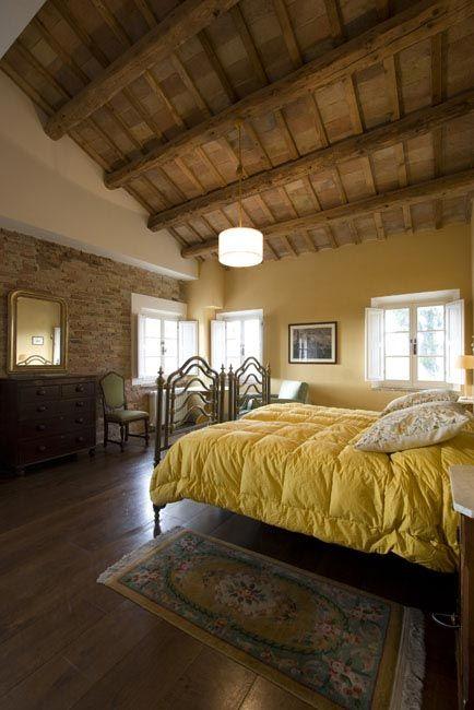 Casale a Ostra Vetere, ristrutturazione totale della villa, camera da letto, soffitto con travi a vista, parquet e arredi d'epoca. Progetto Arch.Luca Braguglia