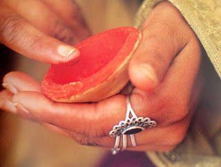 Tesouros da Índia : Bâton Labial Aker El Fassi Aker el Fassi é um maquilhador labial natural, típico da cosmética marroquina que se apresenta envolto num sino de argila típico do pais. Este produto é usado há muito pelas mulheres árabes. É completamente natural e feito a partir do pó de papoila seca ao sol.