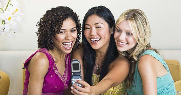 """Consequências emocionais do sexting. Sexting é um termo coloquial que se refere à transmissão de mensagens de texto ou fotografias ilícitas por celular. Não sendo ilegal por excelência, o sexting se torna ilegal quando envolve jovens, pois imagens de adolescentes nus se enquadram em """"pornografia infantil"""". Existem consequências legais óbvias para a disseminação da pornografia ..."""