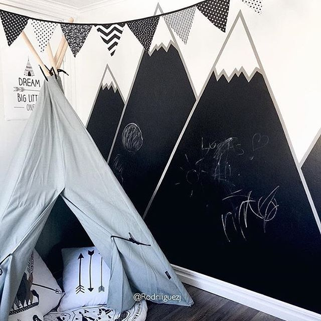 •Dagen DIY•  Höga berg och djupa dalar.. Så fint med bergstoppar i rummet, dock slår detta allt. Snyggt och funktionellt samt kreativt. Kritvägg och berg  super snyggt hemma hos  fina  @rodriiiguezj ❤️. . . #barnrumsinspo #inspo #diy #barnrum #kidsroom #målarvägg #kritvägg