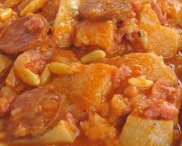 """Cocina tipica catalana """"CALLOS A LA CATALANA"""", con judias blancas y piñones. *En Restaurant """"CAL PETER"""" - La Pizzería - Tarragona - Catalunya - España"""