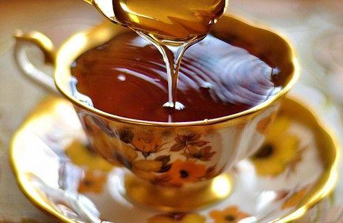 2 c. à thé de miel et 2 c. à thé de vinaigre de pomme dans une tasse de tisane à la camomille pour mettre fin à l'insomnie de manière naturelle - Améliore ta Santé