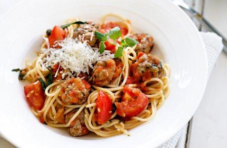 Recept på lammfärsfrikadeller i tomatsås.