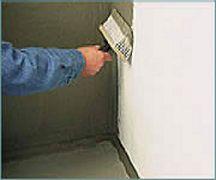 Schritt 1: Dichtschlämme mit Deckenbürste an die Wand auftragen