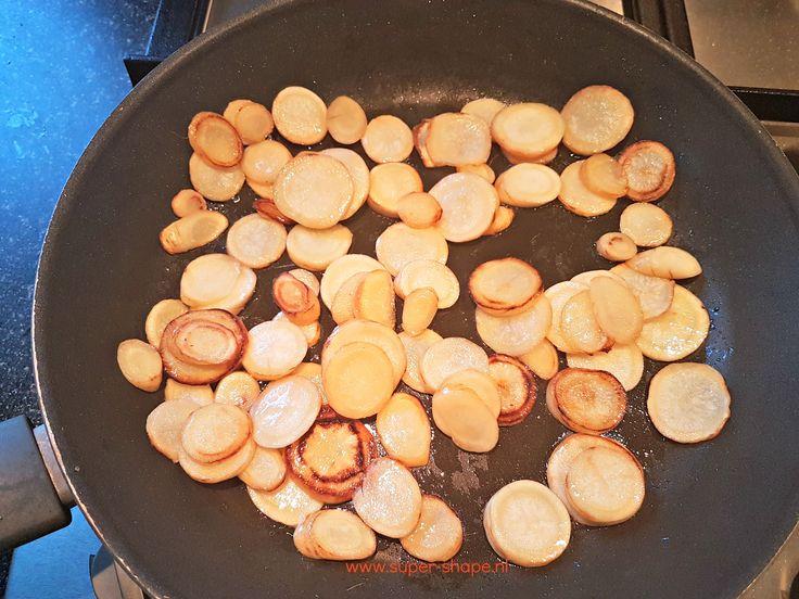Houd je van gebakken aardappeltjes? Dan is dit koolhydraatarme alternatief echt iets voor jou! Gebakken wortelpeterselie bevat slechts 2 gram koolhydraten per 100 gram