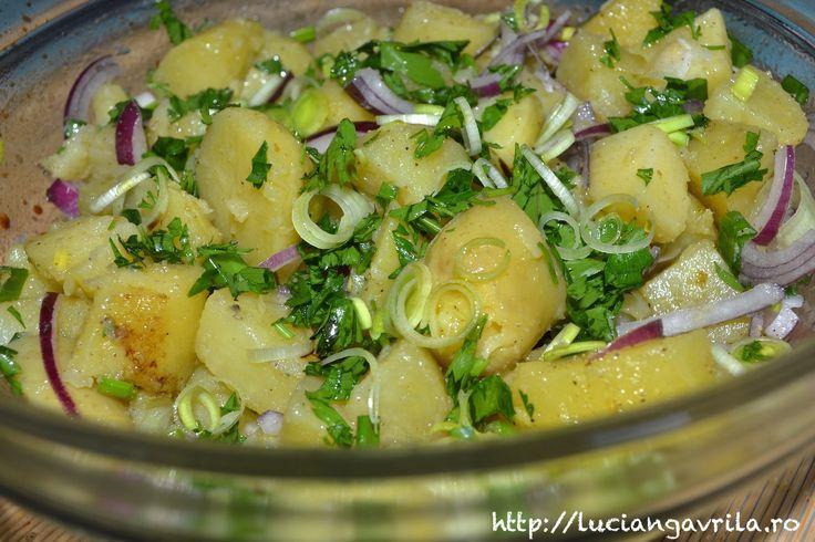 Salată de cartofi cu ceapă și praz