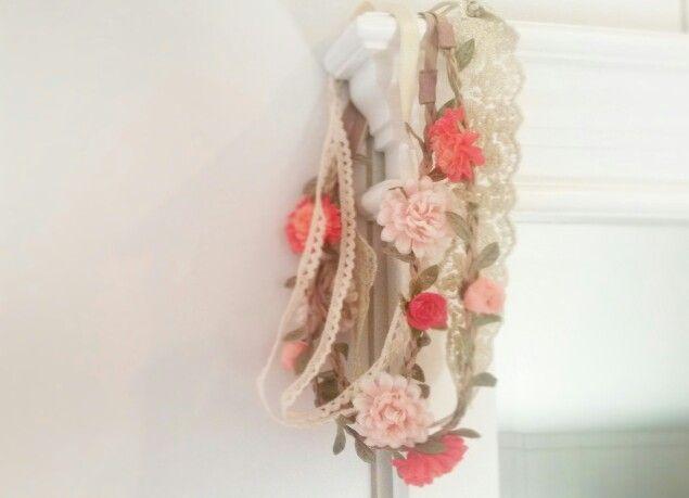 Hårband, spets och blommor.
