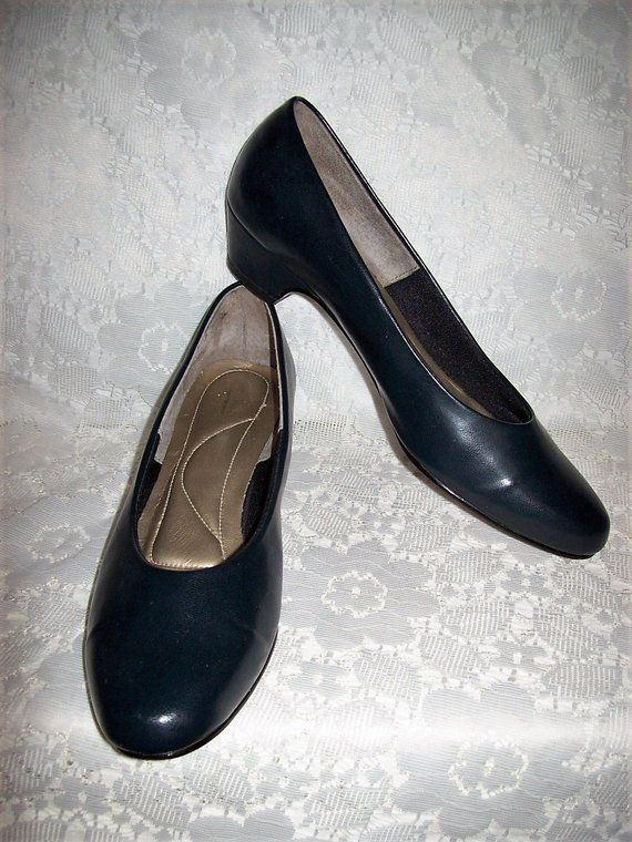 29b34d38e15 Vintage Ladies Navy Blue Pumps Soft Style by Hush Puppies Size 7 1 2 N Only  9 USD