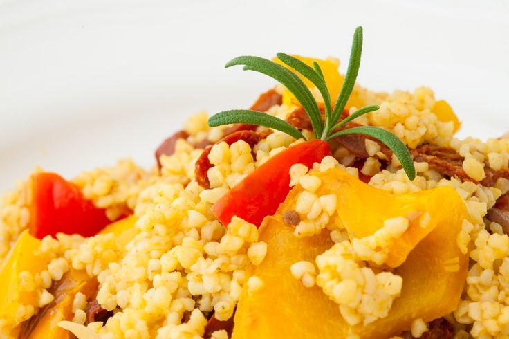 Salát Bulgur bulgur - obilovina nabitá bílkovinami s grilovanými paprikami a sušenými rajčátky