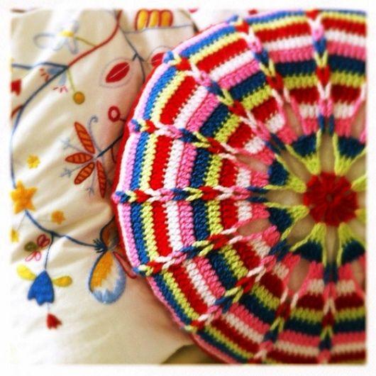 Диванные двухсторонние подушки, связанные крючком