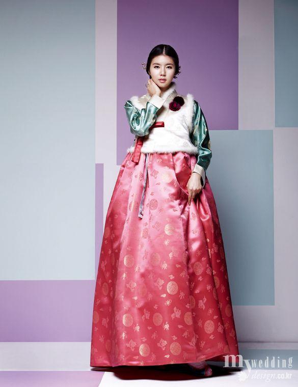 천연 소재와 깊이 있는 색감, 유려한 실루엣의 아름다운 한복이 신부들의 마음을 사로잡는다. 녹의홍상부터 당의와 두루마기까지 다양하게 선보이는 비단.빔 한복의 겨울 신작 감상