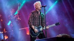 Вокалист и гитарист панк-рок группы The Offsprings Декстер Холланд выпустился из Университета Южной Калифорнии и, наконец, получил докторскую степень по молекулярной биологии. Он вынужден был прервать программу обучения в начале карьеры The Offsprings, особенно после выход