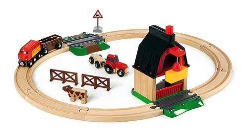 De koe en het paard staan in de wei, terwijl de trein komt aanrijden om het hooi te lossen. Met de kraan kan het hooi van de trein afgetild worden. Wanneer het tijd is voor de dieren om naar binnen te gaan, kunnen ze via de omlaag gelaten laadklep instappen in de dieren wagon. Dan kan de laadklep weer dicht en kan de reis naar de schuur beginnen.   Set is combineerbaar met alle BRIO treinen en houten spoorwegen.  http://www.planethappy.nl/brio-treinen-treinbaan-boerderij.html