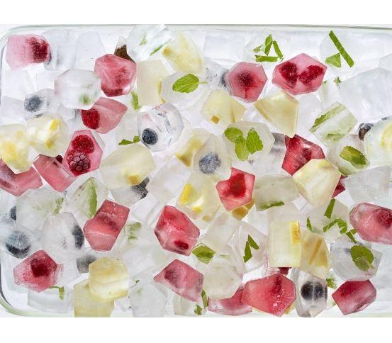 kostki lodu idealne na upalne dni Lekue - Foremka i pudełko do lodu ICE BOX Pojemnik na lód marki Lekue może pomieścić aż 132 kostki lodu. Naczynie jest skonstruowane w taki sposób, aby jednocześnie przechowywać zamrożone kostki i mrozić kolejne.