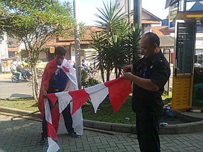 @x_zennot @pulkam master kung fu pong say yuk lagih masang bendera jelang 17an #pulkam5