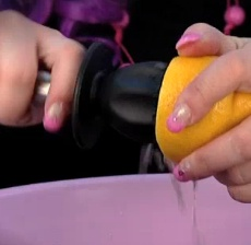 Sima ehtii vielä Vapuksi!     Katso Hellapoliisiin video ja helppo simaresepti, jossa sitruunamehu puristetaan kätevästi Heirol Steely sitruspusertimella suoraan simaan. Helppoa ja kätevää: vältyt sitruunan kuorimiselta ja viipaloinnilta ja puristimen voit pestä helposti pesukoneessa!     http://www.hellapoliisi.fi/juomat/466-sima-paivitetty    Sitruspuristin: http://www.heirol.fi/sitruspuserrin-nylon-steely  #vappu #sima #resepti