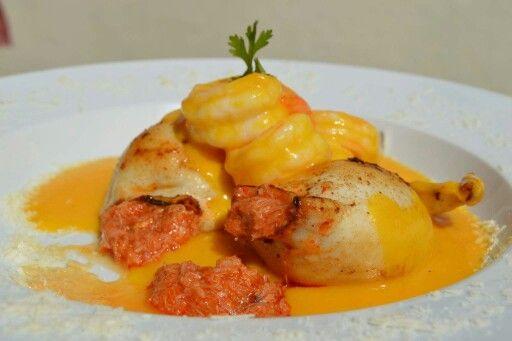 Calamares rellenos de pulpa de cangrejo bañados con camarones a la huancaína.