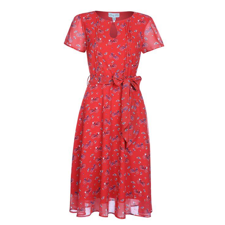 Retro šaty Lindy Bop Bretta Bicycle Red Retro šaty ve stylu 50. let. To pravé pro vášnivé cyklistky, které i při jízdě na kole chtějí vypadat stylově a žensky. Kolo ovšem není podmínkou - můžete si je pořídit i jen tak pro radost na horké letní dny. Příjemné vzdušné šaty z lehké látky (100% polyester) s červenou podšívkou (100% polyester) s motivem bicyklů a drobných kvítků. Lehce do kulata vykrojený výstřih, sepnutý malým perličkovým knoflíčkem, ozdobné sámky na živůtku, krátký rukávek…