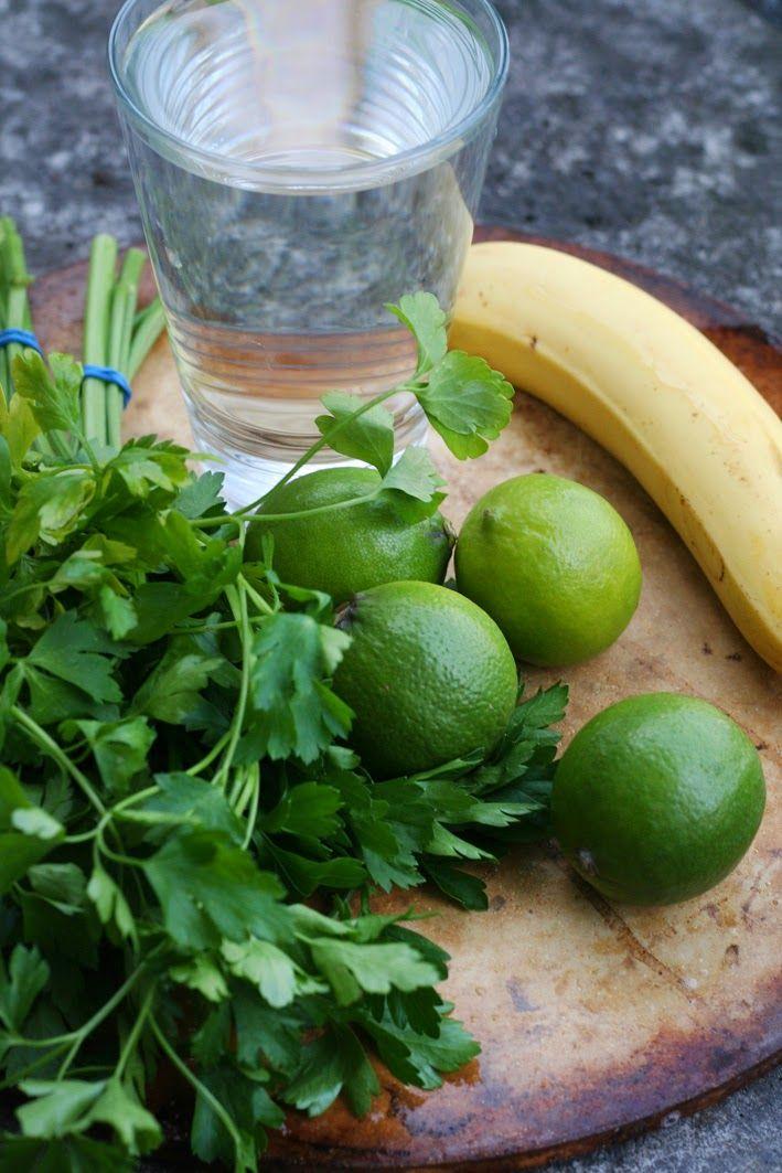 Wegan Nerd: OCZYSZCZAJĄCY KOKTAJL Z PIETRUSZKI I LIMONKI - 0,7L wody mineralnej 3 pęczki pietruszki 1-2 bananów 4 miękkie limonki ewentualnie parę listków mięty