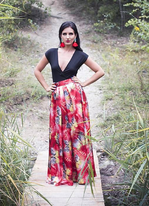 6fd6cda01340 Dlhá saténová sukňa s motýlím vzorom   MO.IE.TI