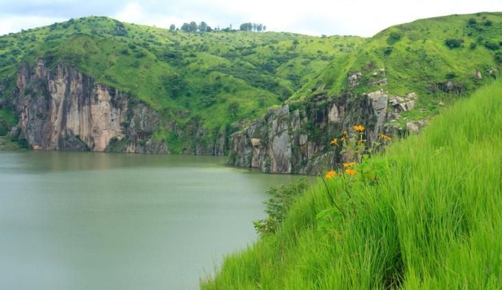 Озеро Ньос, Камерун  В 1986 году это кратерное озеро в Камеруне вызвало одну из самых необычных природных катастроф, в буквальном смысле взорвавшись. Огромная масса воды поднялась вверх на 100 метров, что привело к цунами, накрывшим побережье озера, после чего всю округу накрыло облако углекислоты, унесшее 1746 человеческих жизней всего за три дня. Сегодня находиться вблизи этого озера вполне безопасно — после произошедшей катастрофы ученые разработали систему, которая отводит углекислый…