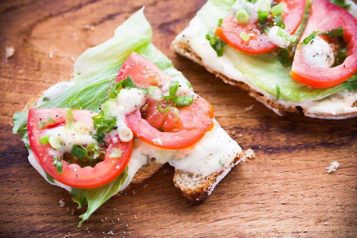 Jak weganie kręcą swój własny majonez bez żółtek jaj? Co dodają do klasycznej świątecznej sałatki i do najlepszych kanapek? To żadna nowina, ale mają na to swój sposób, który właśnie wam podrzucamy!