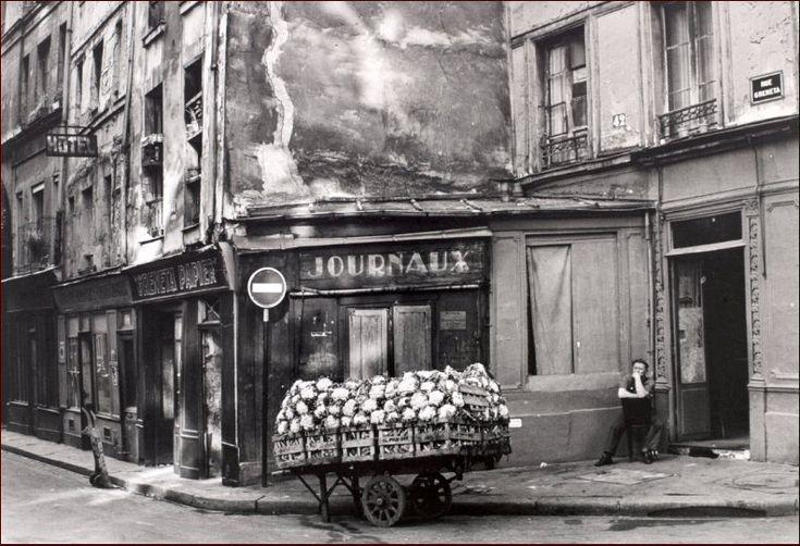 Un coin pittoresque (aujourd'hui disparu) de la rue Greneta, photographié par © Jean Marquis en 1953  (Paris 2ème/3ème)