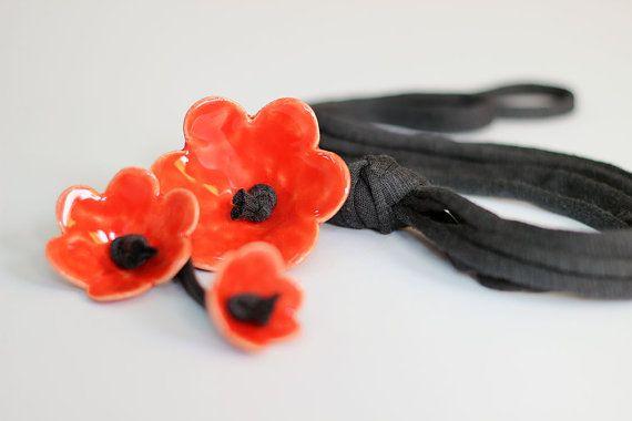 Diese magische Halskette ist ein Accessoire, das viele warme Komplimente erhält. Elegant und verspielt, sehr schön passt ein Hemd oder ein schwarz / weißes Kleid. Und es ist überraschend leicht zu - nur 35 Gramm.  Perfekt für die Saison Ferienpartys!  Keramik Blumen mit hellen roten Glasur, die ich selbst zu erstellen. Die Blüten sind 1.8(4,5 cm), 1.2 (3,5 cm) und 1(2,5 cm) im Durchmesser. Der String ist aus schwarzer Baumwolle, seine Länge beträgt 15,5(40 cm).  Die Kette wird in einer…