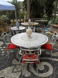 Cerchi un tavolo da esterno in ferro? ecco la proposta che fa per te, con top in pietra dall'effetto legno, completo di sedie in ferro. Per altre info...