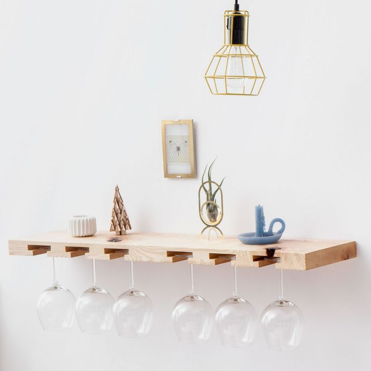 Glas- & Weinregale aus markantem Holz