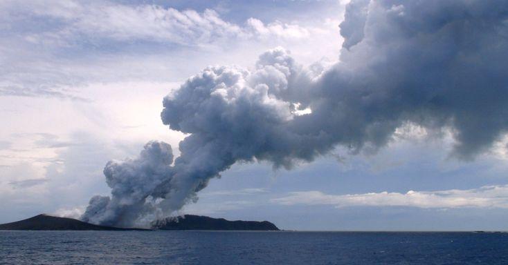 Nuvem de vapor e gases sobe do local da erupção de um vulcão submarino no oceano Pacífico, cerca de 65 km a noroeste de Nuku'alofa, capital de Tonga, na manhã deste sábado (17). O vulcão criou uma nova ilha, desde que entrou em erupção, em dezembro do ano passado, expelindo grandes quantidades de rochas e magma Mary Lyn Fonua/Matangi Tonga/AFP