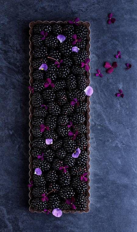 Tærtefyld. De syrlige brombær møder sødt og salt modspil i denne fine tærte, hvor mælkechokolade, fløde og skyr er de bærende ingredienser. Foto: Maja Vase