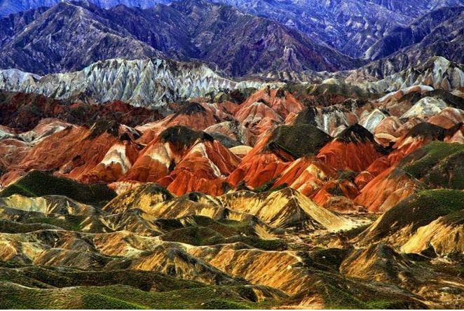 """丹霞地貌即指由产状水平或平缓的层状铁钙质混合不均匀胶结而成的红色碎屑岩,受垂直或高角度解理切割,并在差异风化、重力崩塌、流水溶蚀、风力侵蚀等综合作用下形成的有陡崖的城堡状、宝塔状、针状、柱状、棒状、方山状或峰林状的地形。在这一地貌区域的悬崖上可以看到的粗细相间的沉积层理,颗粒粗大的岩层叫""""砾岩"""",细密均匀的岩层叫做""""砂岩""""。丹霞地貌最突出的特点是""""赤壁丹崖""""广泛发育,形成了顶平、身陡、麓缓的方山、石墙、石峰、石柱等奇险的地貌形态。"""