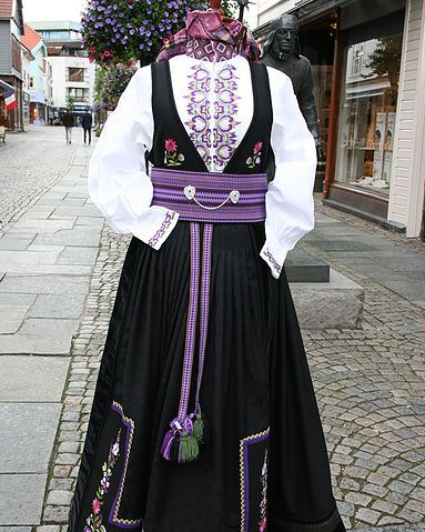 Nydelige beltestakker - sjekk prisen hos Embla bunader i Stavanger.