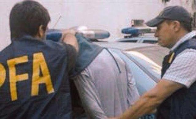 MAR DEL PLATA: AMENAZO A MACRI POR TWITTER Y LO DETIENEN. IMAGENES    Detuvieron a un hombre por amenazas a Macri y otros funcionarios El Ministerio de Seguridad de la Nación detuvo a un hombre e identificó a una mujer por haber realizado amenazas contra el Presidente de la Nación Mauricio Macri y miembros del Poder Ejecutivo Nacional y de la Provincia de Buenos Aires a través de la red social Twitter. Fue tras dos allanamientos simultáneos llevados a cabo por la Policía Federal en la ciudad…
